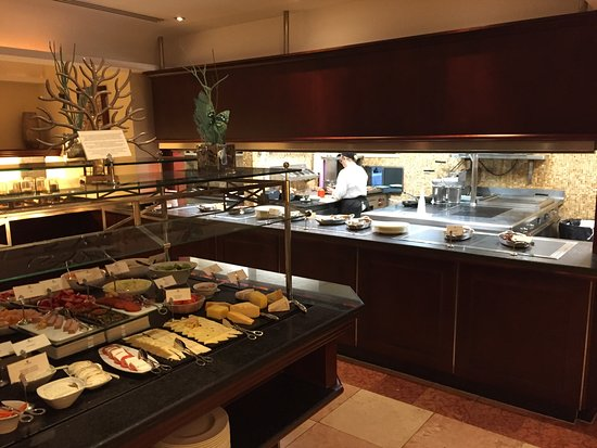 Costa d'en Blanes, İspanya: Buffet breakfast, plus they would cook anything for young also serve at the table if you want.