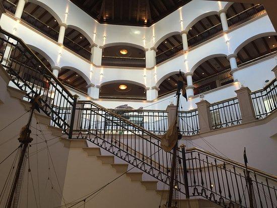 Costa d'en Blanes, España: Looking up into the lobby area