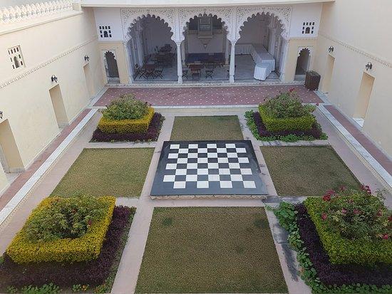 Sardargarh Heritage Hotel: View of courtyard from outdoor breakfast buffet