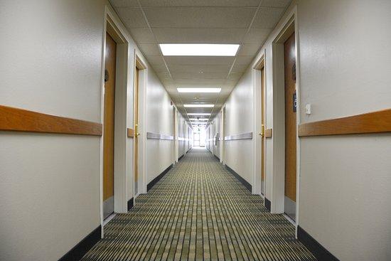 Cedars Inn Hotel: Hallway