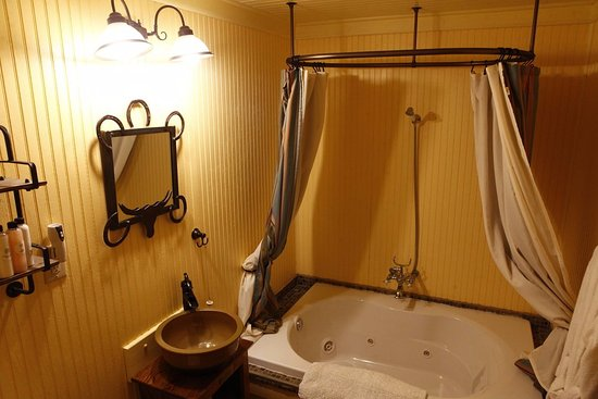 Celina, TX: Bathrooms in Foreman & Ranch hand suites