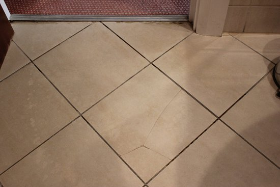 Ballinasloe, Ιρλανδία: Broken floor tile
