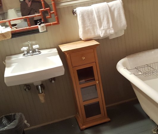 Arbor House Inn And Suites: The claw foot tub was great for soaking away a long day.