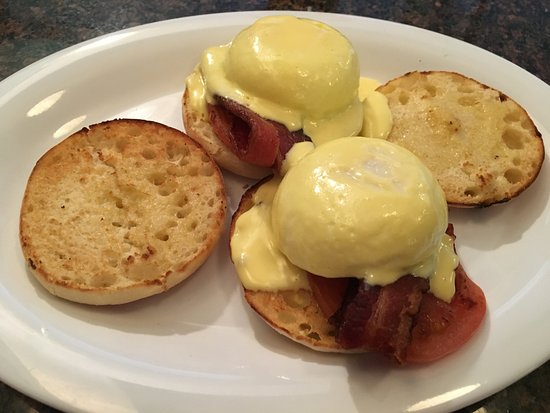 Prairie du Sac, WI: Phenomenal Blackstone Eggs Benedict (English muffin, sliced tomato, bacon, poached egg, hollanda