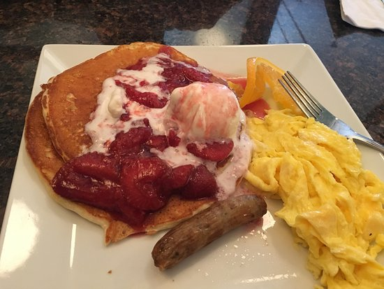 Prairie du Sac, วิสคอนซิน: Pancakes with strawberries and vanilla gelato with a side of scrambled eggs and sausage