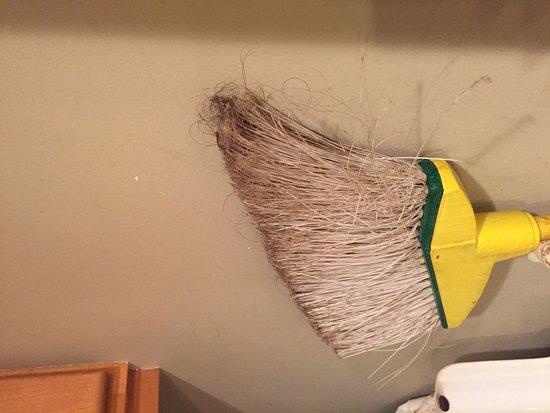 Hololani Resort: Hairy broom in kitchen - unsanitary!