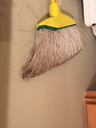 Hololani Resort: Hairy broom in kitchen - unsanitary!