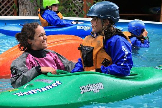 White Salmon, Etat de Washington : Wet Planet instructor passes on Kayaking stoke to Kids Camp student