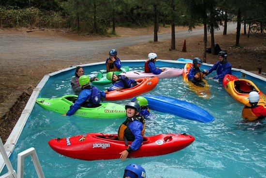 White Salmon, Etat de Washington : Annual Wet Planet Kids Kayak Camp - 2016 - Day 1, pool day.