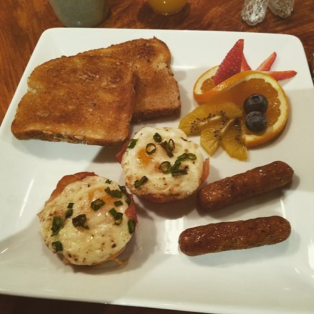Arnold, Калифорния: Prosciutto Egg Cups/Maple Chicken Sausage/Fresh Fruit