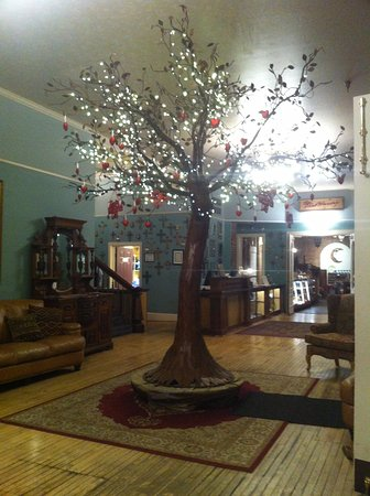 Las Vegas, Nuevo Mexico: Lovely tree in lobby decorated with hearts.