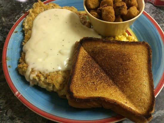 Nocona, Teksas: A great side salad, lots of dressing variety. Chicken fried (bone out) pork chop & signature Fri
