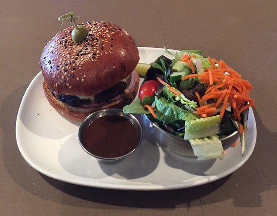 Olds, Canadá: The Jack Burger With House Salad (ordered without lettuce and tomato)