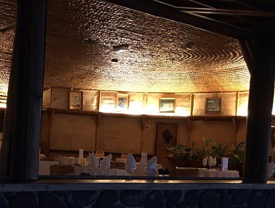 Royal Tahitien : La salle du restaurant construction traditionnelle