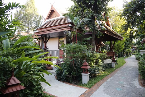 Samui Buri Beach Resort: Villa between main building and the pool, restaurant.