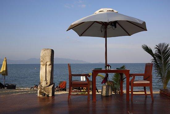 Samui Buri Beach Resort: Table by the beach.