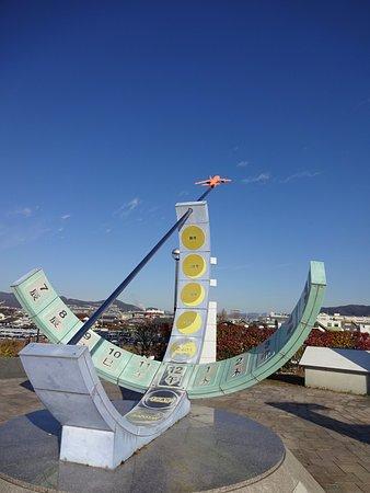 Air Front Oasis Shimogawara : 日時計のオブジェ