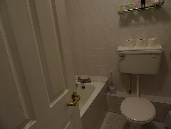 Charleville Lodge: Wanna z możliwością wzięcia prysznica
