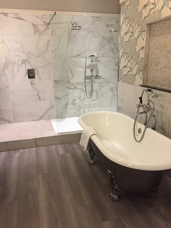 North Bovey, UK: Double shower slipper bath