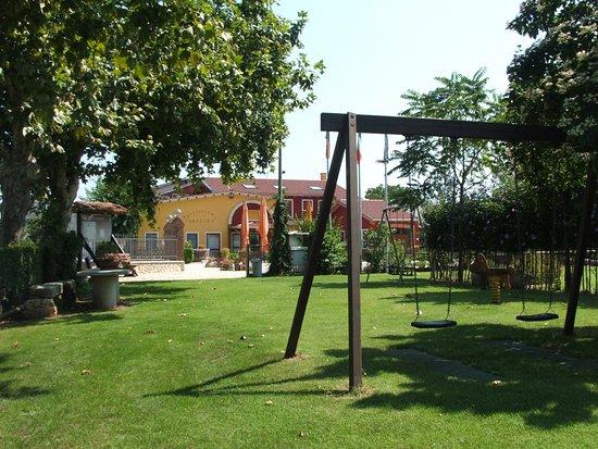 Veneto, Italy: Vista Agriturismo dal parco giochi della struttura