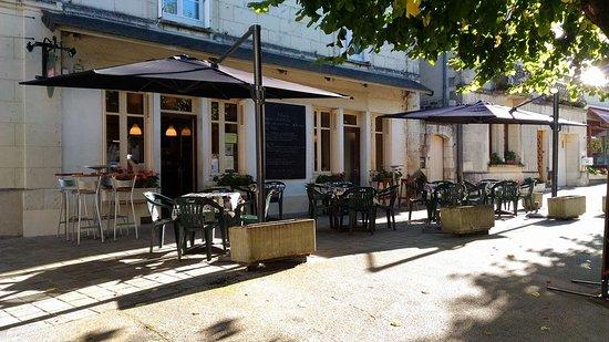 Huismes, France: Face avant du bistrot