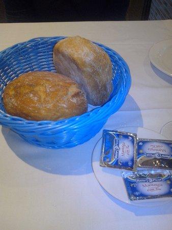 Antonio's : Lieblos: Ledrige Brötchen und Butter aus dem Supermarkt?
