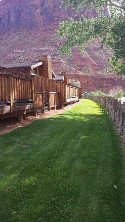 Red Cliffs Lodge: casette lungo il fiume