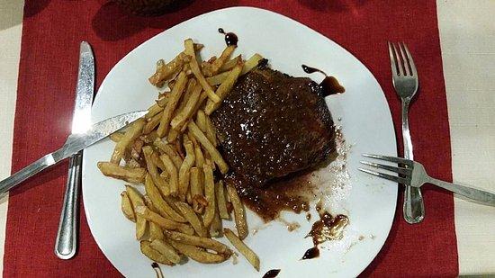 Castelnau-d'Estretefonds, Francia: viande et sa garniture