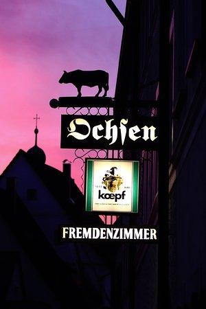 Hotel Restaurant Roter Ochsen: Eingang Reklame beleuchtet Roter Ochsen Lauchheim