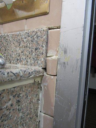 Brookville, Πενσυλβάνια: Broken tiles in bathroom