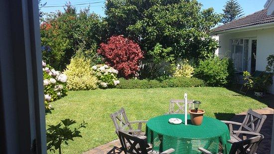 Hortensia Lodge: Ruhige gemütlicher Garten und super Lage, man kann alles zu Fuss machen. Wunderbar Gastgeber der
