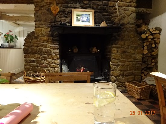 Ashby Saint Ledgers, UK: Lovely roaring fire in the bar area