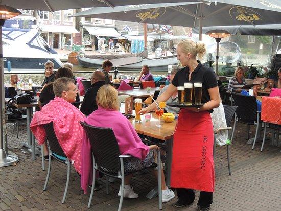 Lemmer, The Netherlands: U kunt gezellig op het terras bij ons op het terras een borrel drinken