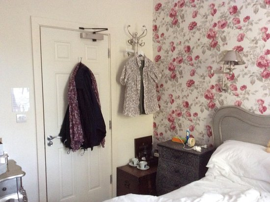 Shipton under Wychwood, UK: Hooks for clothes as no room for a wardrobe in the room