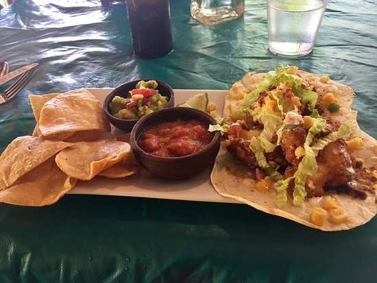 The Turned Turtle Restaurant at Little Corn Beach and Bungalow: Lobster tacos and homemade nachos!