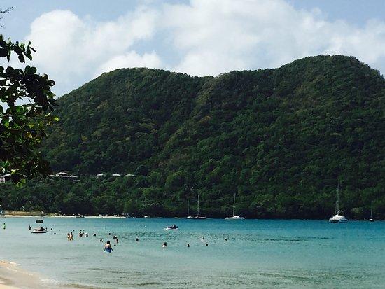 Bay Gardens Beach Resort: View at the beach