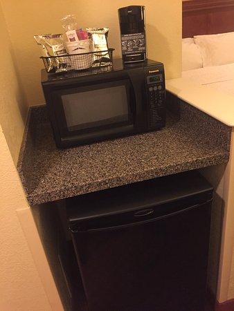 Onalaska, WI: Fridge and microwave.