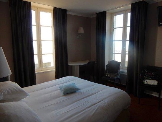 Hotel de la Marine : Room located on the corner with beach/carpark view