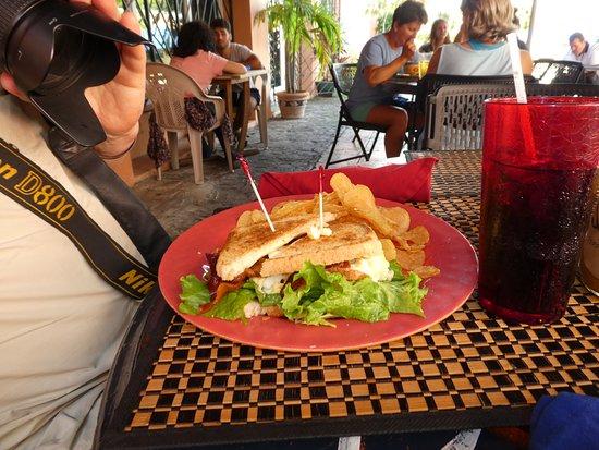 Cafe Fresco : Cluck Cluck Oink, faktisk Æg og Bacon med Chips ( Billigt)