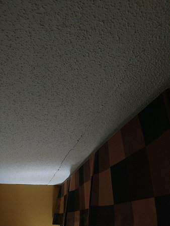 Wingate by Wyndham Raleigh North: Ceiling crack runs width of room