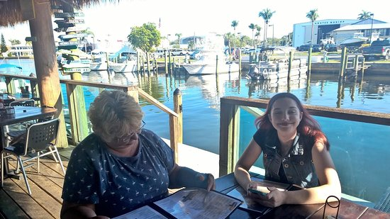 Port Salerno, FL: Outside seating