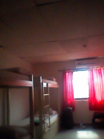 El Viajero San Andres Hostel & Suites : las camas tienen lockers y hay aire acondicionado