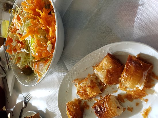 Pastida, Griekenland: Feta with honey & cabbage-carrot salad