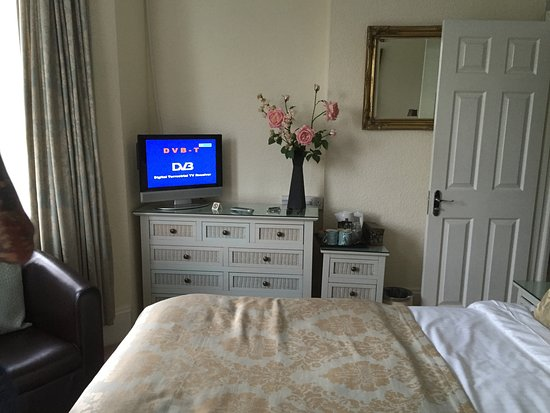 Avenue Park Guest House: TV