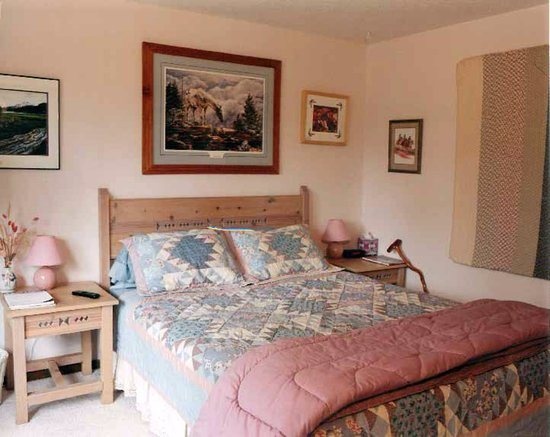 DiamondStone Guest Lodges: B&B Queen Rm can be private or share BA w/ 2nd Queen BR private to your party.