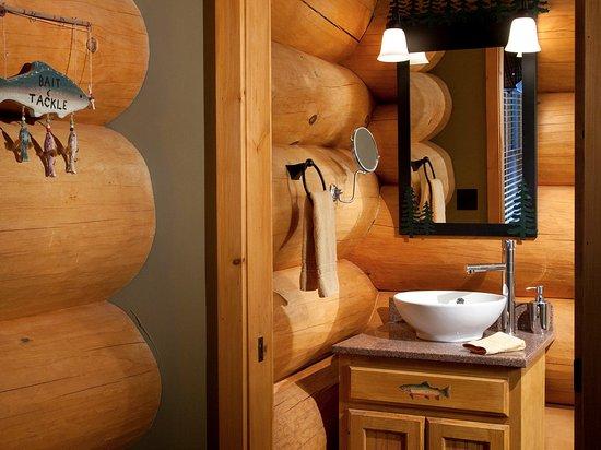 Bethlehem, Нью-Гэмпшир: Cool log bathroom in Angler