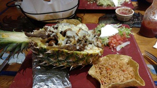 Perrysburg, Огайо: Pineapple de Charley Original with Steak.