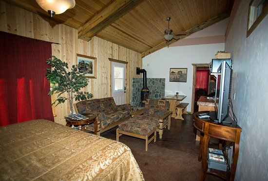 La Pine, OR: HS Fall Suite HAS CA King & dbl futon for 3-4 people max. Kitchenette & cute potbelly propane st