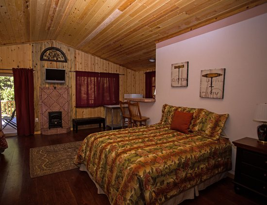 La Pine, OR: HS Treetop 2 Queen Suite has private bath w/ clawfoot tub/shower.