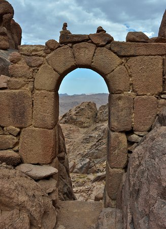 St. Catherine's Monastery Guesthouse: Arch at the stepped path.